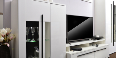 Elegante schwarz-weiße Wohnwand mit TV.jpg