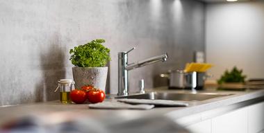 Nahaufnahme einer Küchenrückwand in Betonoptik