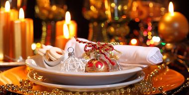 ausschnitt eines weihnachtlich gedeckten tisches