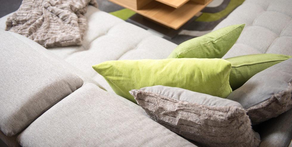 Kissen und Tagesdecke als Dekoidee für die Couch.jpg