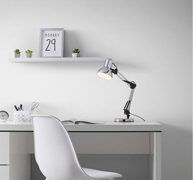 Stolní lampa při home office nemůže chybět