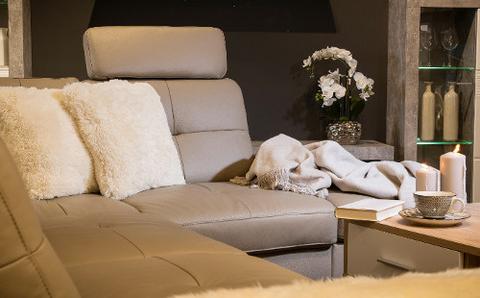 Kuscheliges Wohnzimmer mit Couch im Lederlook.jpg