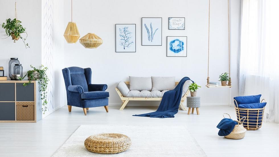 Výrazná modrá v kombinaci s přírodním materiálem