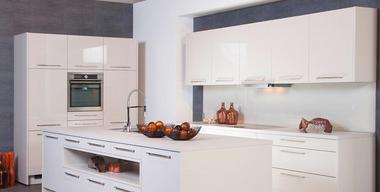 moderne wochnküche in hochglanzoptik mit kochinsel