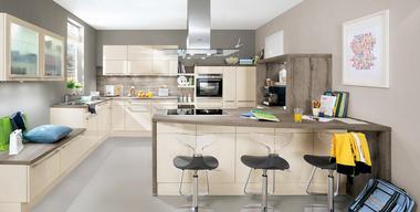 Offene Wohnküche mit Kochinsel und Tresen.jpg