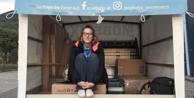 Frau Tau im Möbeltransporter für Von A nach B in 28 Möbeln.jpg