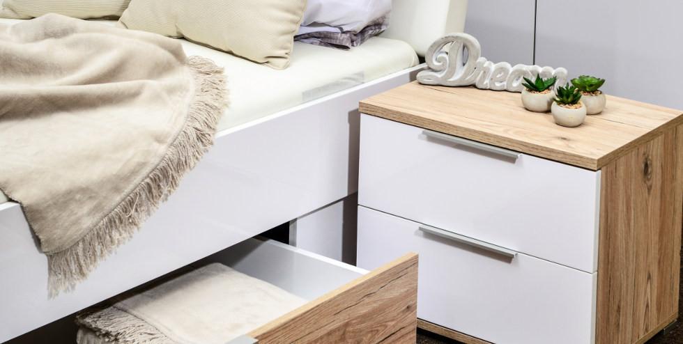 Nahaufnahme von normalem Bett mit Nachkästchen und Bettlade.jpg