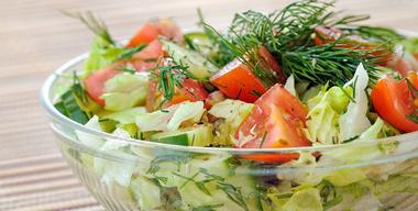 schüssel mit frisch angerichtetem salat