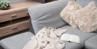 Gemuetliche Couch mit Kuscheldecken und Dekopolstern.jpg
