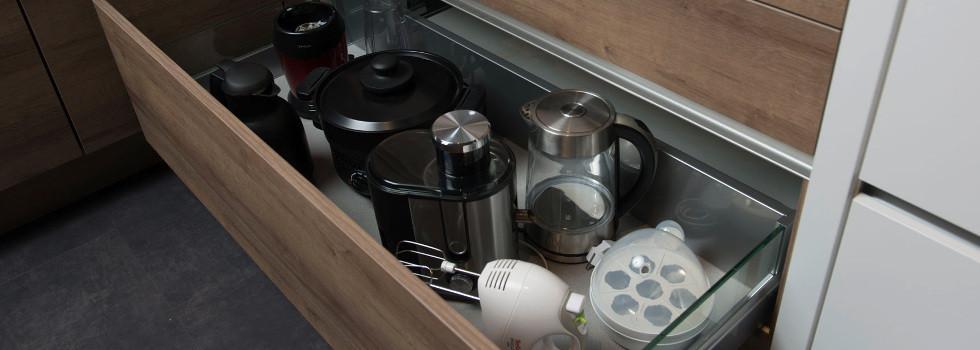 Ordentlich eingeräumte Küchenlade mit Elektrogeräten.jpg