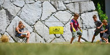Kinder spielen im Garten Fußball.jpg