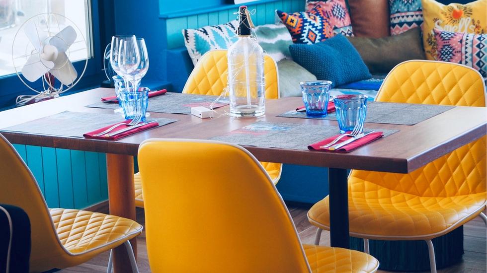 Kombinace žluté a modré barvy v interiéru