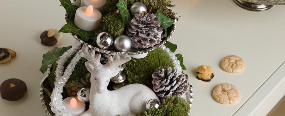 Winterlich dekorierte Etagere mit silbernem Dekohirsch als Eyecatcher.jpg
