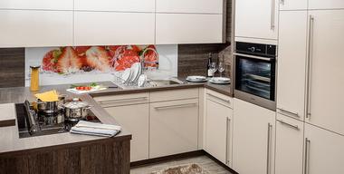 klassische Eckküche mit Motivrückwand
