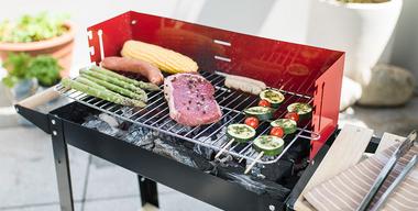 Fleisch, Gemüse und Würstchen auf dem Griller zubereiten.jpg