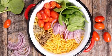 flatlay von topf gefüllt mit one-pot-pasta