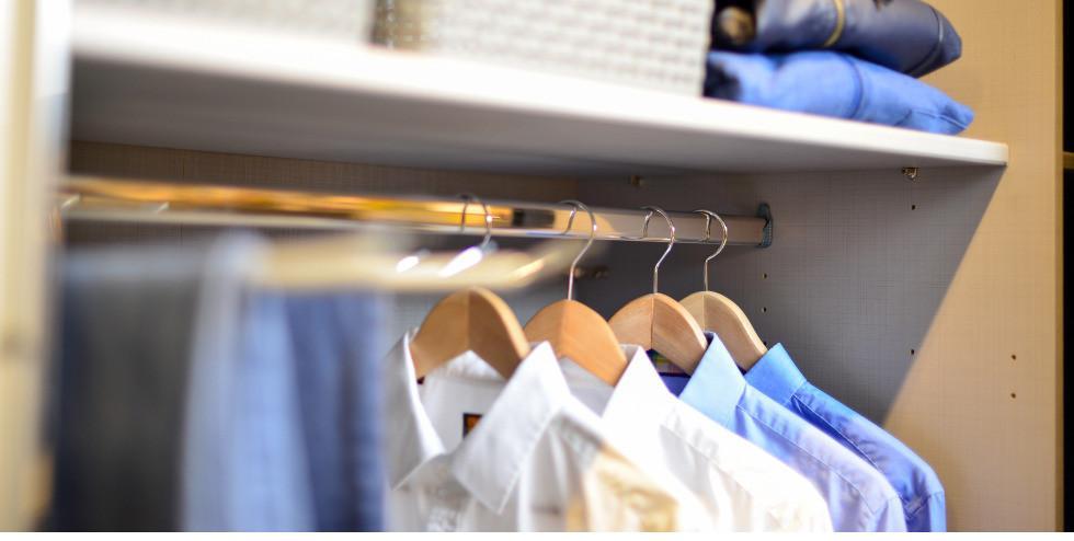 Fein säuberlich organisierter Kleiderschrank.jpg