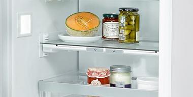 detailaufnahme vom innenraum eines kühlschrankes