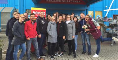 Frau Tau mit dem Möbelix Team vor der Filiale Wels.jpg