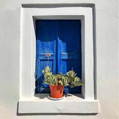 Hravá a optimistická modrá v interiéru i exteriéru