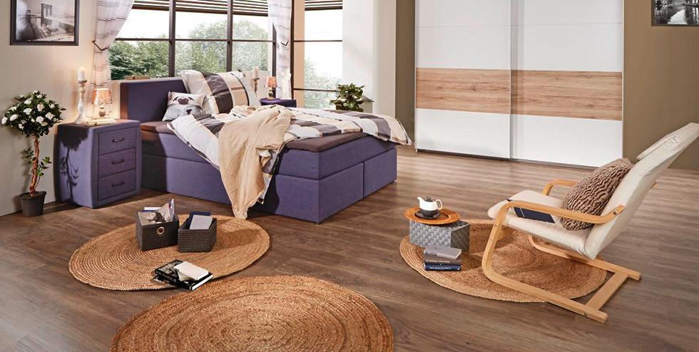 Schlafzimmer mit Boxspringbett und passendem Nachkästchen.jpg