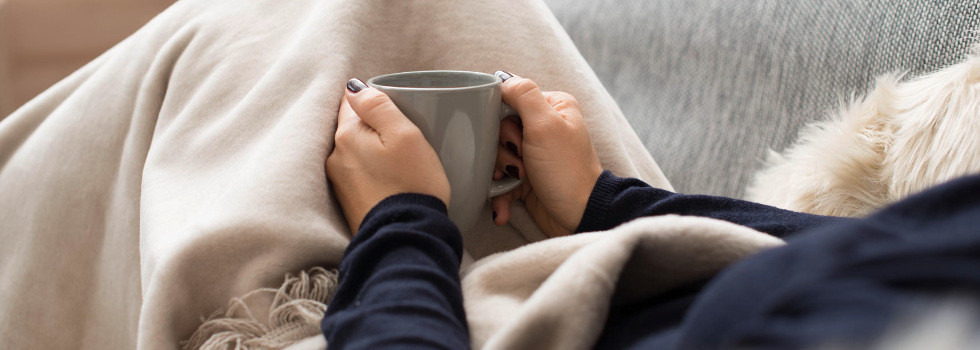Auf der Couch gemütlich Kaffee trinken.jpg