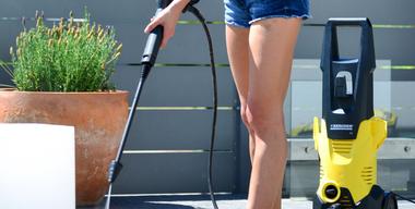 Freu putzt Terrassenboden mit Hochdruckreiniger.jpg