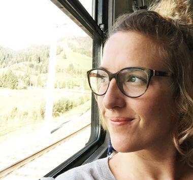 Frau Tau sitzt im Zug.jpg