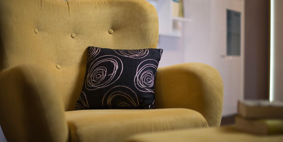 Ein gemütlicher Ohrensessel als alternative Sitzgelegenheiten.jpg