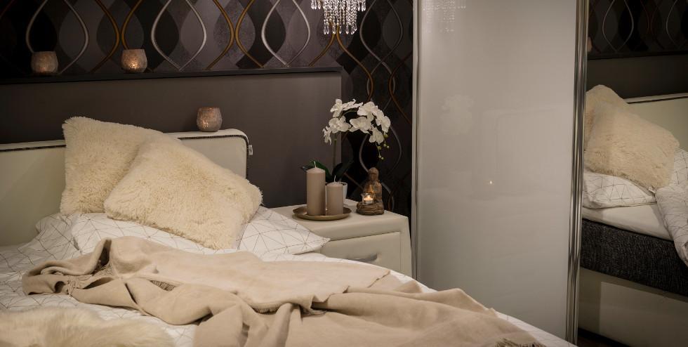 Kuscheliges Schlafzimmer mit flauschigen Kissen und Kuscheldecke.jpg