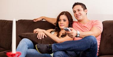 Pärchen sitzt auf der Couch vor dem Fernseher.jpg