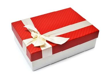 darček zabalený v krabici