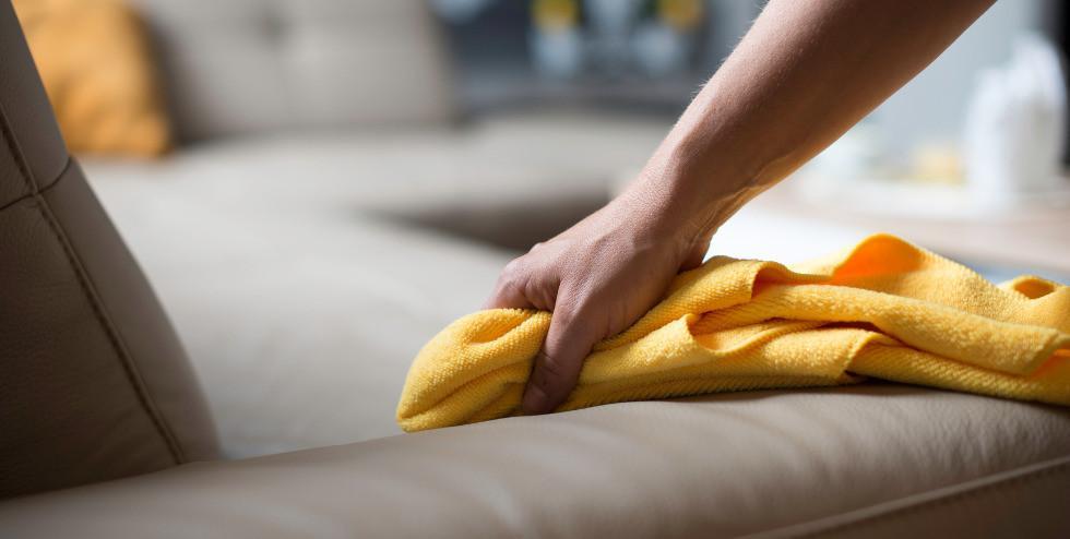 Sofa mit einem Tuch reinigen.jpg