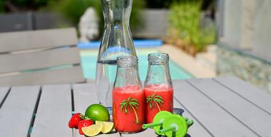 Wasserkrug, hausgemachte Limonade im Trinkbecher und frische Früchte.jpg