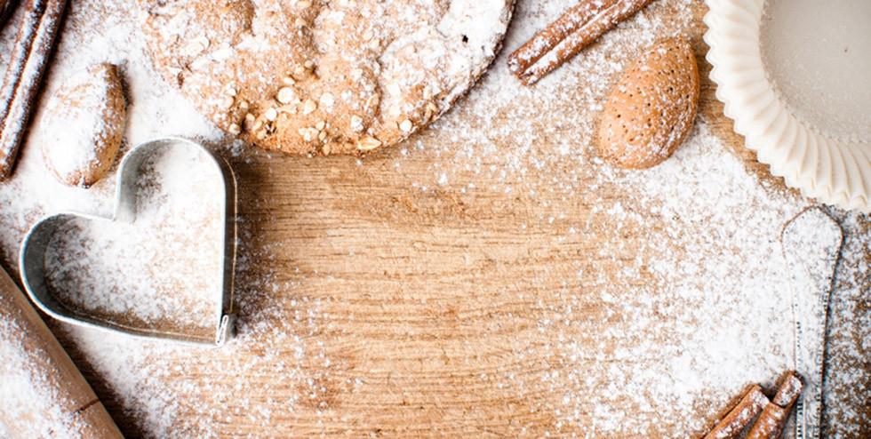 flatlay von zutaten und geräten zum kekse backen