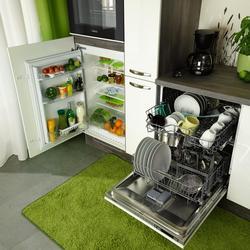 Küchenblock mit Geschirrspüler und Kühlschrank