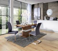 Esszimmereinrichtung mit Säulentisch und modernen Stühlen