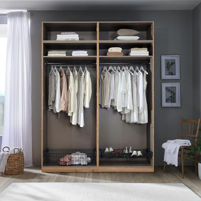 Offener Kleiderschrank mit komfortabler Ausstattung